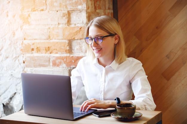 Girl manager, freelancer, zakelijke dame die op laptop werkt.