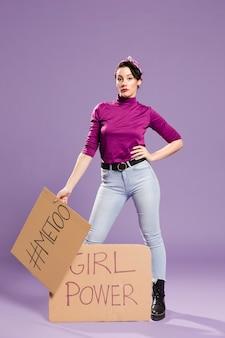 Girl power en 'ik ook' letters op karton en vrouw