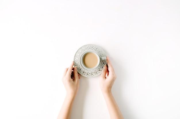 Girl's handen met koffiekopje.