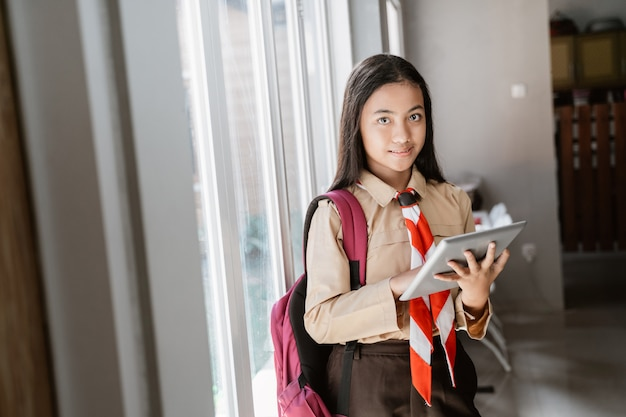 Girl scout tiener meisje met tablet