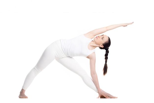 Girl stretching haar lichaam met een hand op de vloer