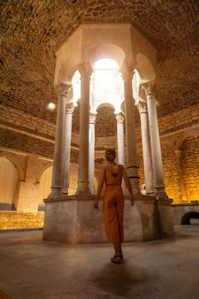 Girona middeleeuwse stad, een jonge toerist in het binnenland van de banys arabs of arabische baden, costa brava van catalonië in de middellandse zee. spanje