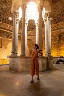 Girona middeleeuwse stad, een jonge toerist op vakantie in het binnenland van de banys arabs, costa brava van catalonië in de middellandse zee. spanje