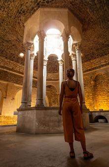 Girona middeleeuwse stad, een jonge vrouw in de banys arabs of arabische baden, costa brava van catalonië in de middellandse zee. spanje