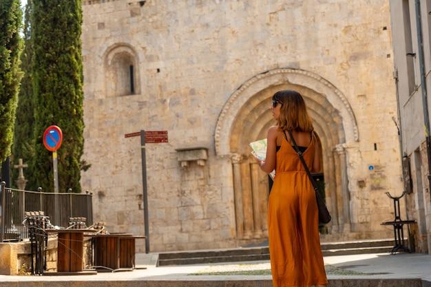 Girona middeleeuwse stad, een toerist in monestir de sant pere de galligants, costa brava van catalonië in de middellandse zee. spanje
