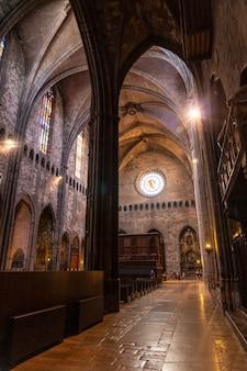 Girona middeleeuwse stad, interieur van de kathedraal zonder mensen, costa brava van catalonië in de middellandse zee. spanje