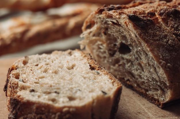 Gistvrij boekweitbrood ligt op een snijplank op tafel naast de italiaanse grissini