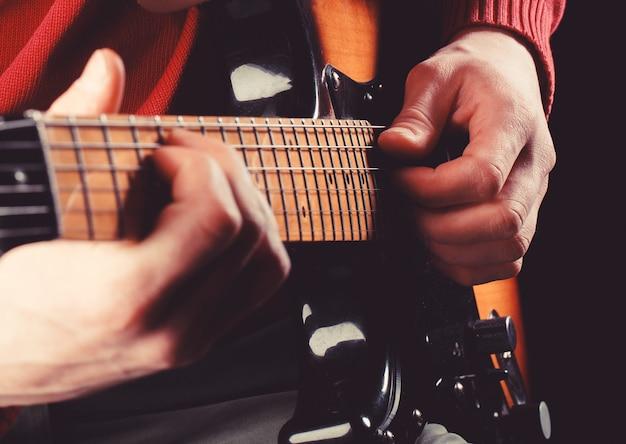 Gitaar akoestische. elektrische gitaar, gitarist, muzikant rock. muziekinstrument. gitaren, snaren. muziekconcept. gitaar spelen. live muziek. muziekfestival. instrument op het podium, band