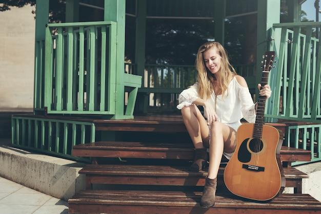 Gitaar meisje ontspanning casual instrument vrije tijd concept