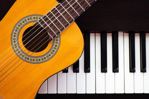Gitaar op piano. klassiek muziekinstrument.