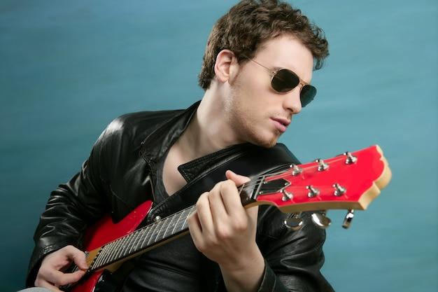 Gitaar rock star man zonnebril leren jas