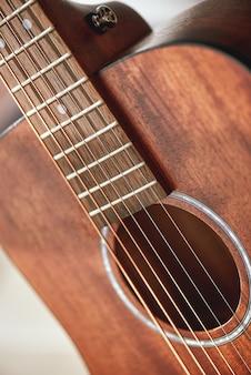 Gitaaranatomie close-up foto van akoestische gitaar klankgat met metalen snaren