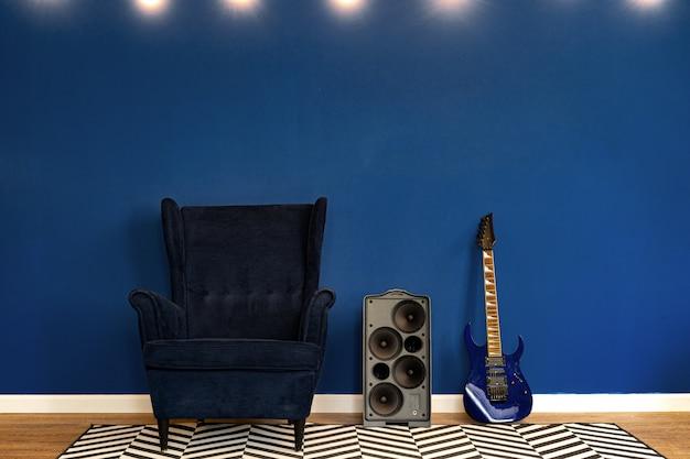 Gitaaropstelling tegen klassieke blauwe muur in flat