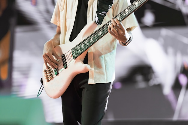 Gitarist bas op concertpodium. enterment en muziekconcept.