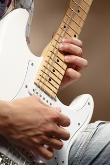 Gitarist die een elektrische gitaar speelt