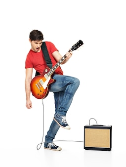 Gitarist man speelt op de elektrische gitaar met heldere emoties, isolatade op witte achtergrond