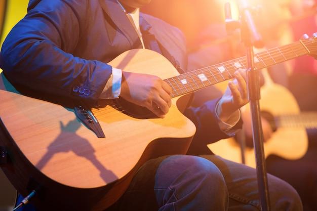 Gitarist op het podium