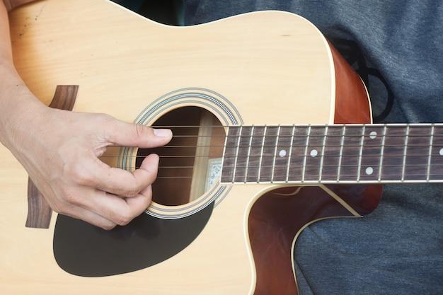 Gitarist speelt
