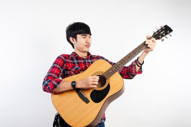 Gitaristen die van muziek houden en gelukkig zijn. foto's voor uw bedrijf