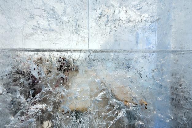 Glaciale transparante muur van ijs met interessante tekeningen en patronen