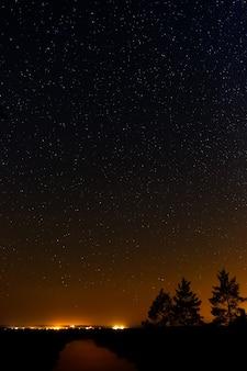 Glad oppervlak van de rivier op een achtergrond de sterrenhemel