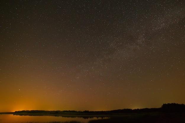 Glad oppervlak van het meer op een achtergrond de sterrenhemel