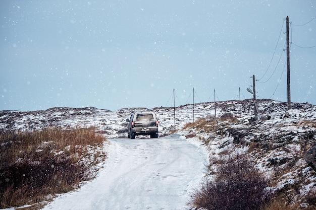 Gladde arctische weg door de heuvels. afzetten van toeristen. winter teriberka. rusland.