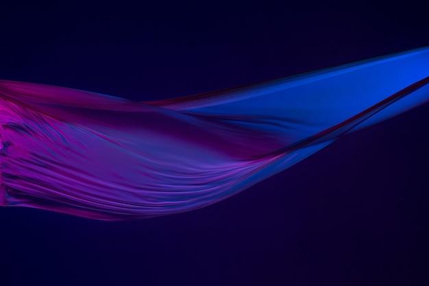 Gladde elegante transparante blauwe doek gescheiden op blauwe achtergrond.