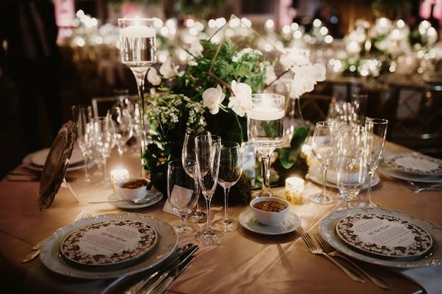 Glam van de perfecte setting servies en apparatuur