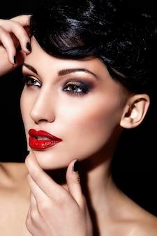 Glamour close-up portret van mooie sexy brunette blanke jonge vrouw model met rode lippen
