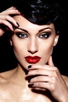 Glamour close-up portret van mooie sexy brunette jonge vrouw model met rode lippen