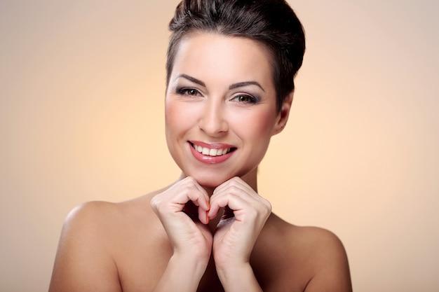 Glamour en prachtige brunette toont haar gezicht