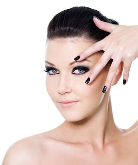 Glamour manicure en mode oog make-up voor mooie vrouw