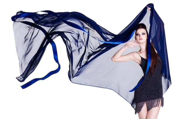 Glamour mooie elegantie jonge vrouw met blazende chiffon op wit wordt geïsoleerd
