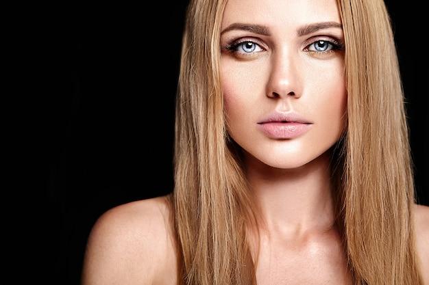 Glamour portret van mooie blonde vrouw model dame met verse dagelijkse make-up met nude lippen kleur en schone, gezonde huid gezicht