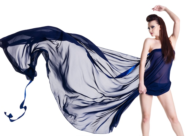 Glamour sensualiteit mooie jonge vrouw in blazen donkerblauwe chiffon - geïsoleerd op wit