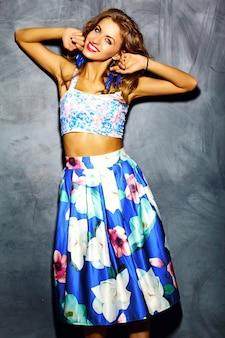Glamour stijlvolle jonge vrouw model in zomer helder blauwe jurk