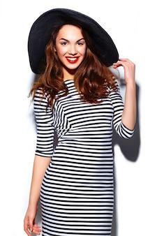 Glamour stijlvolle mooie jonge gelukkig lachende vrouw model met rode lippen in zebra jurk