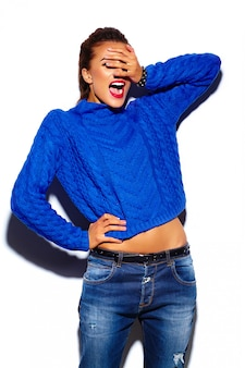 Glamour stijlvolle mooie jonge vrouw met rode lippen draagt een blauwe trui