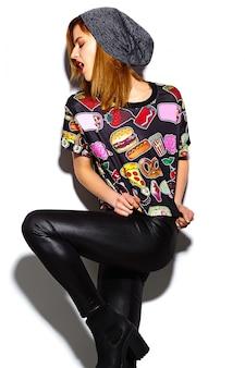 Glamour stijlvolle mooie jonge vrouw model in casual hipster kleding. mooi meisje poseren op studio