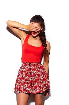 Glamour stijlvolle mooie jonge vrouw model met rode lippen in zomer heldere kleurrijke hipster doek