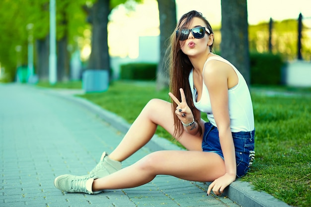 Glamour stijlvolle vrouw model in zomer heldere doek in de straat