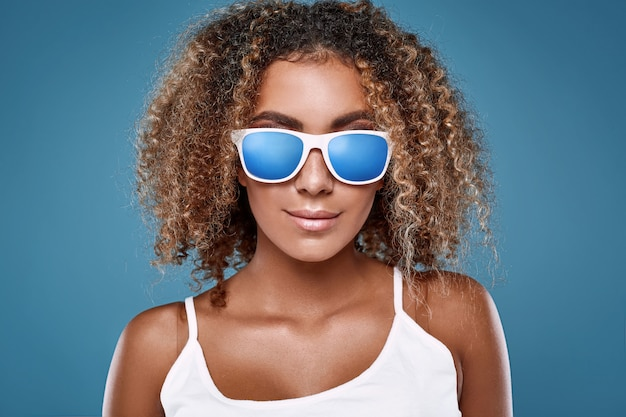 Glamour swag zwarte hipster vrouw model met krullend haar