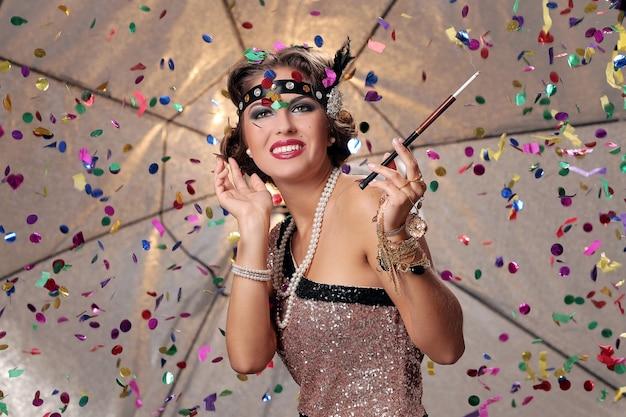 Glamour vrouw die lacht en handen van haar