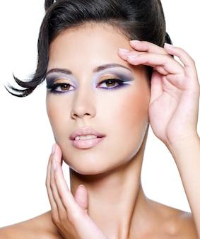 Glamour vrouw met moderne mode make-up camera kijken
