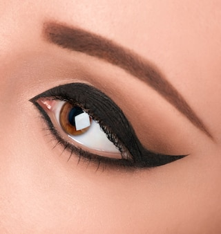 Glamour zwart oog make-up met brede pijl