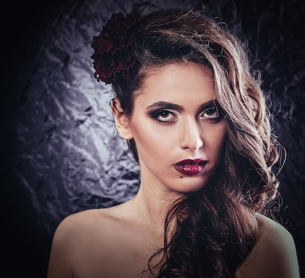 Glamoureuze jonge vrouw met heldere avond make-up