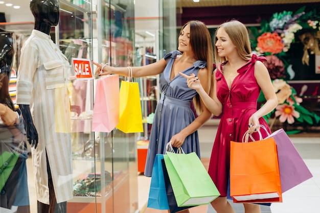 Glamoureuze mode dames op een zwarte vrijdag in het winkelcentrum