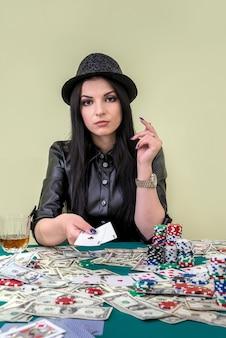 Glamoureuze vrouw die combinatie van azen in casino toont