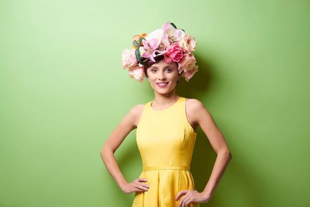 Glamoureuze vrouw met bloemenkroon